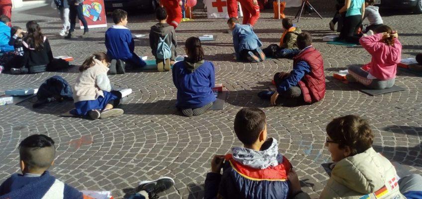 A FABRIANO BAMBINI  IN PIAZZA A SCUOLA DI RIANIMAZIONE CARDIACA